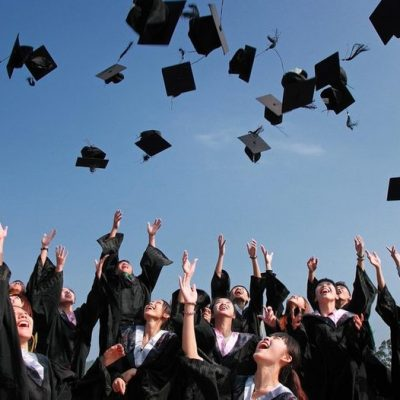 студенти хвърлят шапки