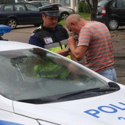Полицай прави проба за алкохол