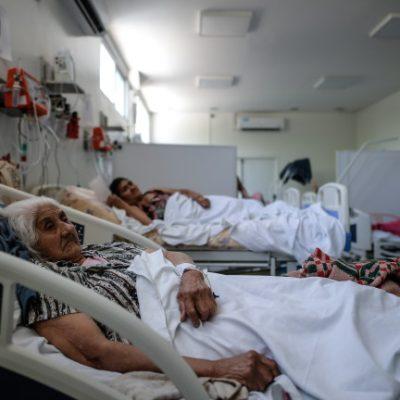 Болни хора на легло