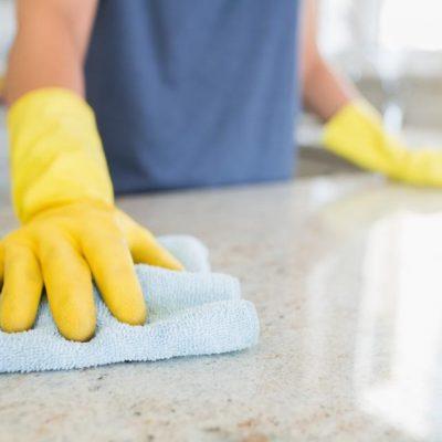 Жена чисти