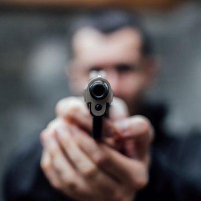 Мъж държи пистолет