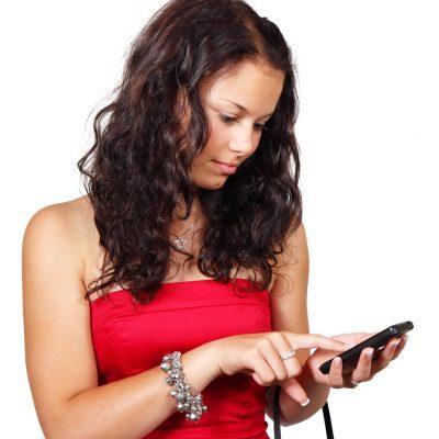 Жена гледа в телефона си