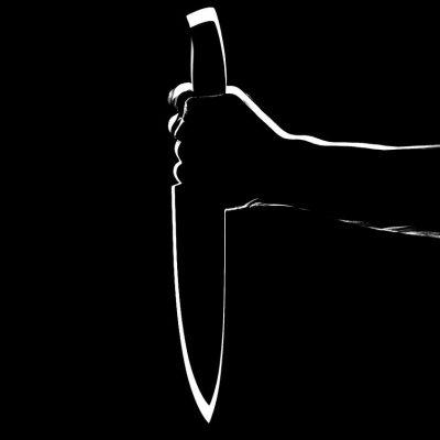 Мъж държи нож