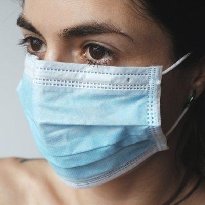 Жена носи маска