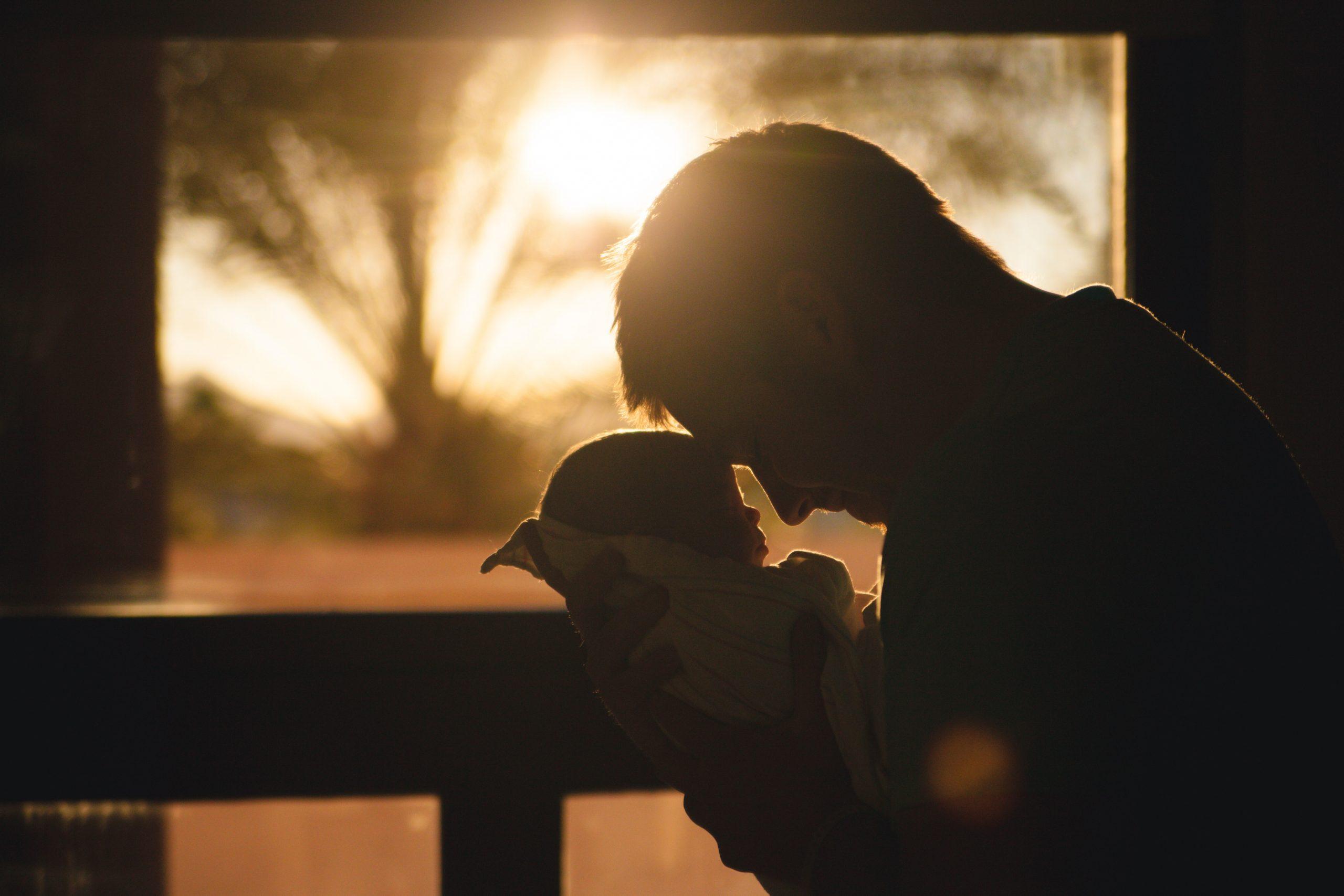Мъж държи бебе