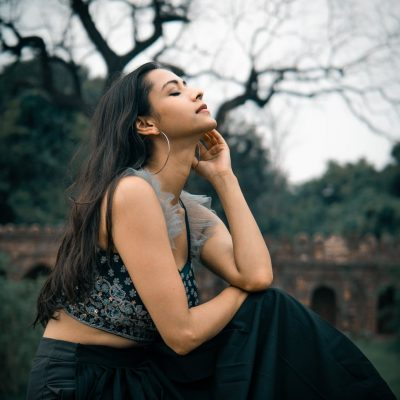 Жена медитира