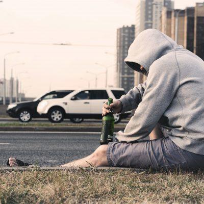 Мъж пие бира
