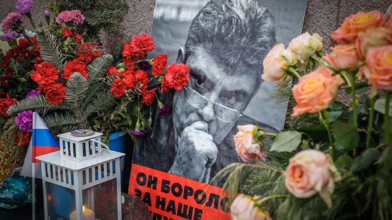 epa08251536 Flowers and tributes at the site where Russian opposition politician Boris Nemtsov died during an event marking the fifth anniversary of his assassination, in Moscow, Russia, 27 February 2020. Boris Nemtsov was killed on 27 February 2015 by suspected Chechen hitmen on a bridge in front of the Kremlin.  EPA/YURI KOCHETKOV