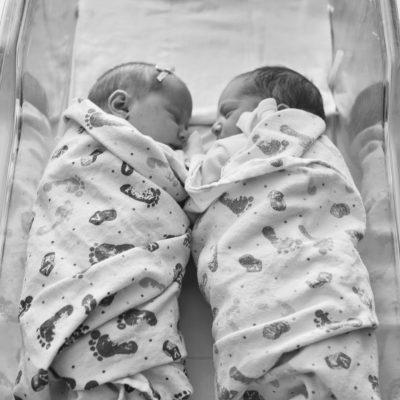 Бебета близнаци