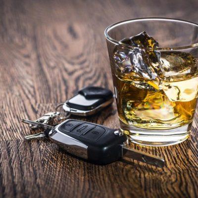 Чаша алкохол и ключ за кола