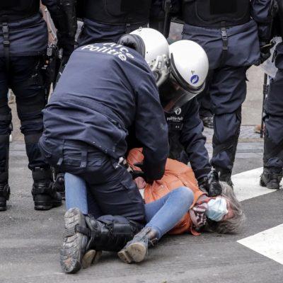 Задържан протестиращ от полицаи в Брюксел