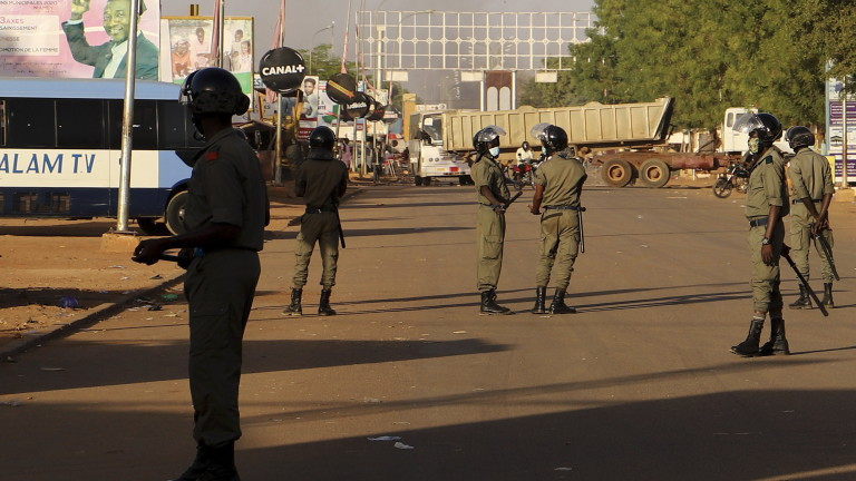 epa09032780 Police seal off a road during clashes with Niger's opposition supporters protesting against presidential run-off results in Niamey, Niger, 23 February 2021. According to provisional results published by the electoral commission the ruling party candidate Mohamed Bazoum has won the presidential elections with more than 55 percent of the vote.  EPA/SOULEYMANE AG ANARA